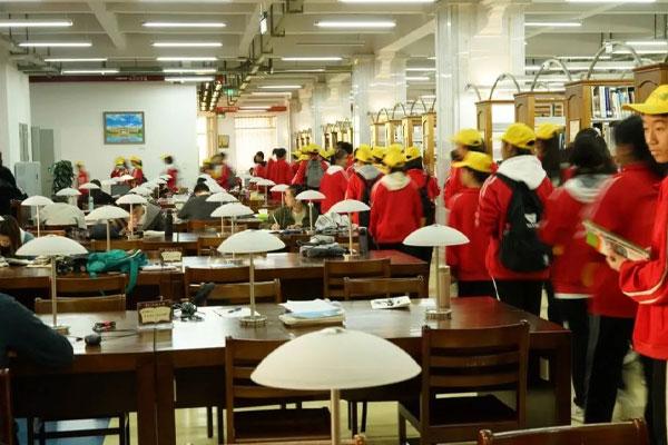 云南大学学子参观高中研学基地
